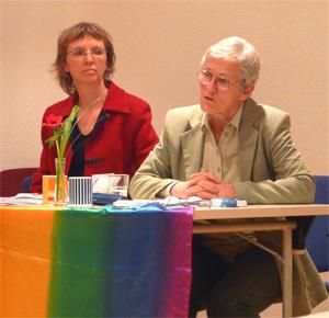 """Christa Mulack (rechts) mit Frauenpfarrerin Eli Wolf beim Auftakt der feministischen Theoriereihe """"DenkRäume"""""""