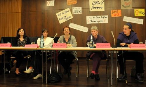 Podium in Gießen am 24. September: Heike Faber, Barbara Streidl, Antje Schrupp, Ursula Müller und Stephanie Mayfield (v.l.n.r). Foto: Barbara Czernek
